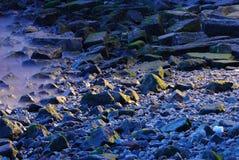 Rocas y niebla imagen de archivo
