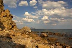 Rocas y nubes fotografía de archivo libre de regalías