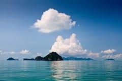 Rocas y nubes en el golfo de Tailandia Fotografía de archivo libre de regalías