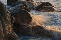 Rocas y ondas Imágenes de archivo libres de regalías