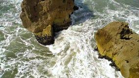 Rocas y ondas del océano, escaleras de la costa de Farol De Nazare, Nazare, Portugal metrajes