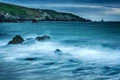 Rocas y ondas en la playa fotos de archivo