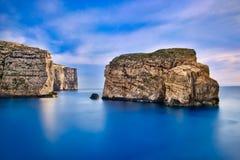 Rocas y puesta del sol de Gozo foto de archivo