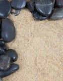 Rocas y shelles del río del balneario del zen encendido Imagen de archivo