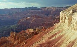 Rocas y sombras rojas de la tarde foto de archivo libre de regalías