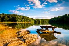Rocas y una mesa de picnic en el lago Marburgo, en el parque de estado de Codorus, Fotografía de archivo