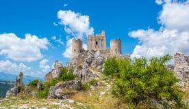 Rocca卡拉肖,山顶堡垒或者rocca在阿奎拉省在阿布鲁佐,意大利 免版税库存图片