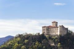 Rocca Borromeo fästning på Angera på sjömaggiore Arkivbild