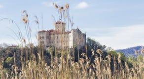 Rocca Borromeo fästning på Angera på sjömaggiore Royaltyfri Fotografi