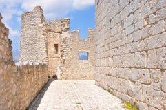 Rocca Calascio Calascio slott inom Beskåda till och med fönstret Royaltyfria Bilder