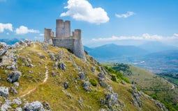 Rocca Calascio, szczytu górskiego forteca lub rocca w prowincji l'Aquila w Abruzzo, Włochy zdjęcie stock