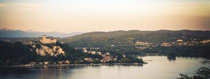 Rocca Di Angera εναέρια λίμνη Maggiore κάστρων στην περιοχή της Ιταλίας της Λομβαρδίας ηλιοβασιλέματος Στοκ εικόνες με δικαίωμα ελεύθερης χρήσης