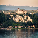 Rocca Di Angera τετραγωνική περιοχή της Ιταλίας της Λομβαρδίας ηλιοβασιλέματος Maggiore λιμνών σχήματος κάστρων Στοκ Εικόνες