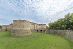 Rocca lub kasztel, zanurzony w zieleni militarna architektura fifteenth wiek obrazy royalty free