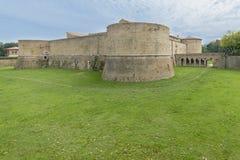 Rocca lub kasztel, zanurzony w zieleni militarna architektura fifteenth wiek zdjęcia stock