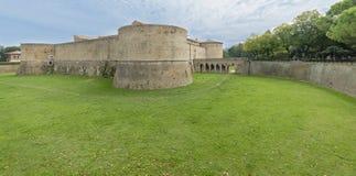 Rocca lub kasztel, zanurzony w zieleni militarna architektura fifteenth wiek obraz stock