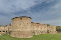 Rocca lub kasztel, zanurzony w zieleni militarna architektura fifteenth wiek fotografia stock