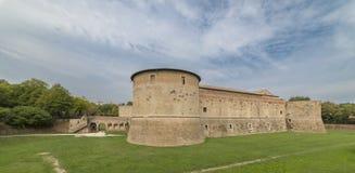 Rocca lub kasztel, zanurzony w zieleni militarna architektura fifteenth wiek zdjęcia royalty free