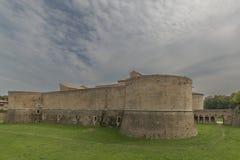 Rocca lub kasztel, zanurzony w zieleni militarna architektura fifteenth wiek zdjęcie royalty free