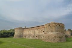 Rocca lub kasztel, zanurzony w zieleni militarna architektura fifteenth wiek obraz royalty free