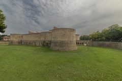 Rocca lub kasztel, zanurzony w zieleni militarna architektura fifteenth wiek zdjęcie stock