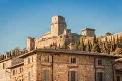 Rocca Maggiore widzieć od Assisi przy zmierzchem, Umbria, Włochy zdjęcia stock