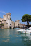 Rocca Scaligera und Boote, Sirmione, Italien Lizenzfreies Stockbild