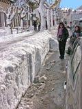 Roccaraso-Bürgersteig der Hauptstraße mit Schnee Lizenzfreies Stockbild