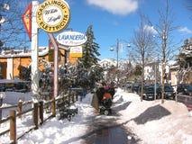 Roccaraso a laissé le trottoir avec la neige photographie stock libre de droits