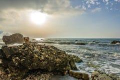 Rocce在日出, Conero NP,马尔什,意大利的nere海滩 免版税图库摄影