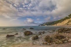 Rocce在日出, Conero NP,马尔什,意大利的nere海滩 库存图片