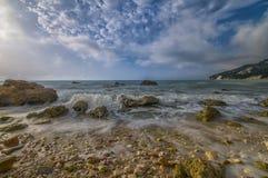 Rocce在日出, Conero NP,马尔什,意大利的nere海滩 免版税库存照片