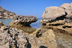 Rocce accanto alla riva di mare con acqua cristallina Fotografia Stock
