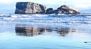 Rocce alla costa dell'oceano Fotografia Stock