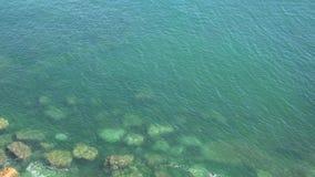 Rocce alla costa verde dell'oceano video d archivio