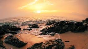 Rocce alla spiaggia attuale al bello tramonto stock footage