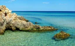 Rocce alla spiaggia del villaggio del pinus immagine stock libera da diritti