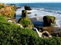 Rocce alla spiaggia dell'oceano Immagini Stock