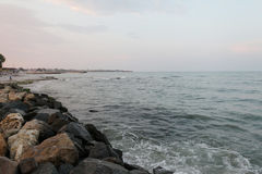 Rocce alla spiaggia di Mar Nero, Romania, nel tramonto Immagine Stock