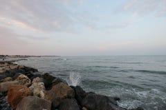 Rocce alla spiaggia di Mar Nero, Romania, nel tramonto Fotografia Stock Libera da Diritti