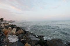 Rocce alla spiaggia di Mar Nero, Romania, nel tramonto Fotografie Stock Libere da Diritti