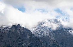 Rocce alpine in nuvole Immagini Stock
