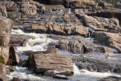 Rocce canadesi dello schermo nel fiume Immagine Stock