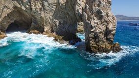 Rocce che aspettano le onde del mare Immagine Stock