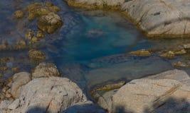 Rocce che circondano acqua verde smeraldo fotografia stock libera da diritti