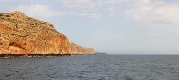 Rocce che formano un del sud caldo pittoresco, allungando nella cascata di distanza Fotografia Stock