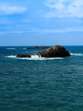 Rocce che stanno dall'oceano Fotografia Stock Libera da Diritti