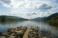 Rocce, cielo e lago Fotografia Stock