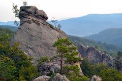 Rocce, cielo, montagne una foresta Immagine Stock