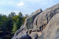Rocce, cielo, montagne una foresta Immagine Stock Libera da Diritti